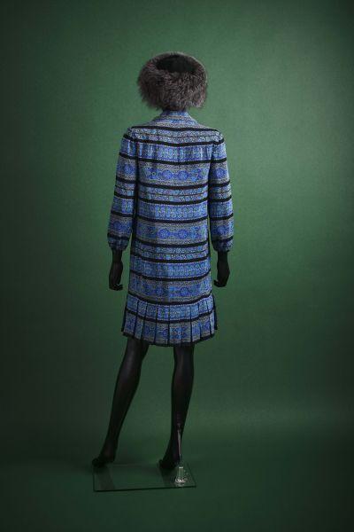 "MADEMOISELLE CARVEN - circa 1980 Robe  en crêpe de soie imprimé """"azulejos"""" rayé..."