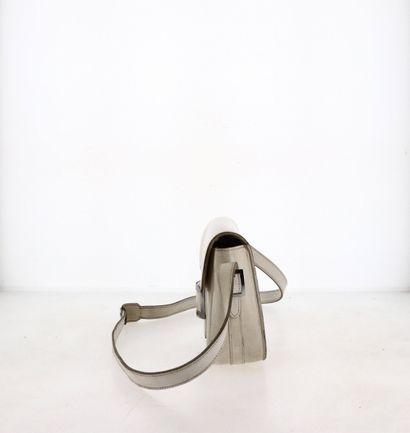 "HERMÈS - 1951 Sac ""Martine""  en cuir blanc, garnitures métal argenté  24 x 15 x 6,5..."