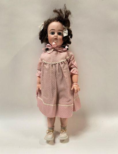 Une poupée française avec tête en biscuit pressé