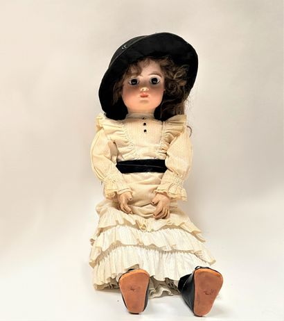Une poupée française avec tête en biscuit coulée