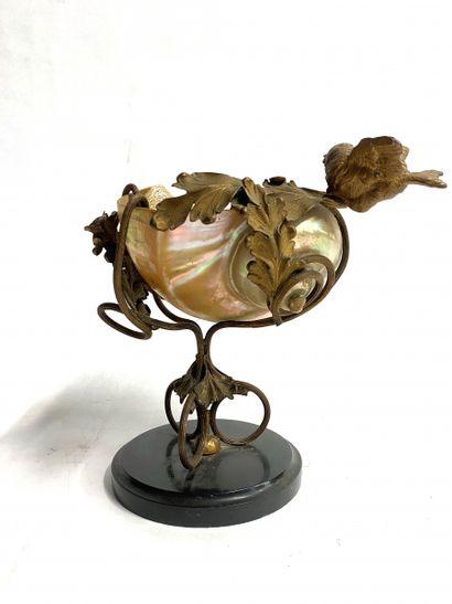 Nautile monté en coupe en bronze doré sculpté...