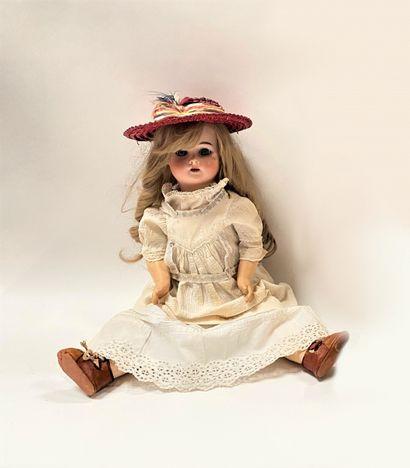 Une poupée française avec tête en biscuit FLEISCHMANN