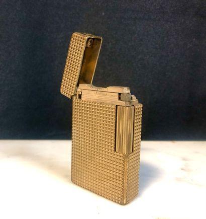 DUPONT  Briquet en plaqué or, décor de pointes...