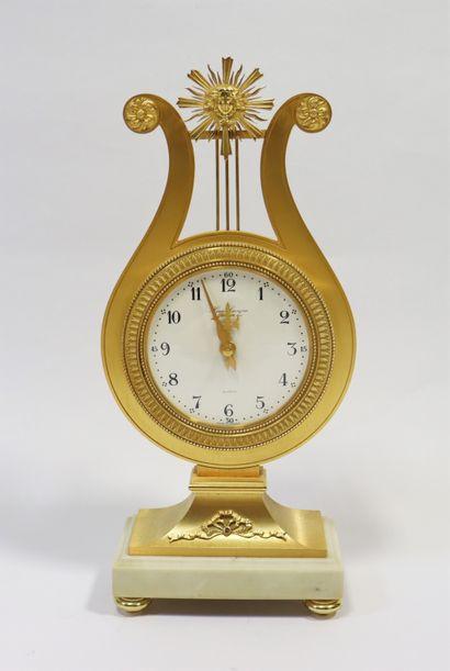 HOUR LAVIGNE  Pendule lyre en laiton doré,...