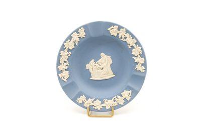 Coupelle en porcelaine dans le style de Wedgwood...