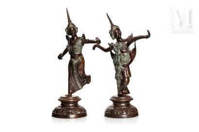 VIETNAM, XXe siècle, Paire de statuettes en bronze