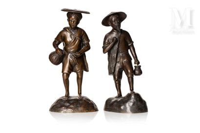 VIETNAM, XXe siècle, Paire de personnage en bronze