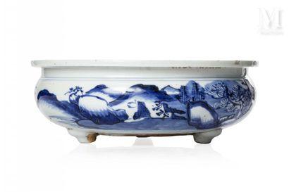 VIETNAM, XIXe siècle, Brûle-parfum tripode en porcelaine bleu blanc