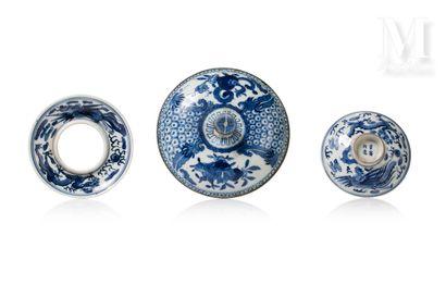 VIETNAM, XVIII-XIXe siècle, Un couvercle, un repose tasse et son couvercle