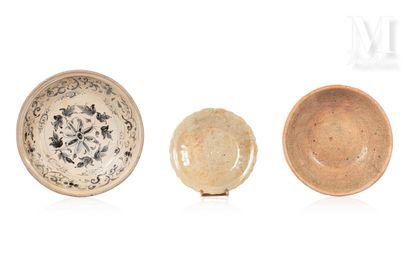 VIETNAM, XVIe siècle, Ensemble de plats en céramique