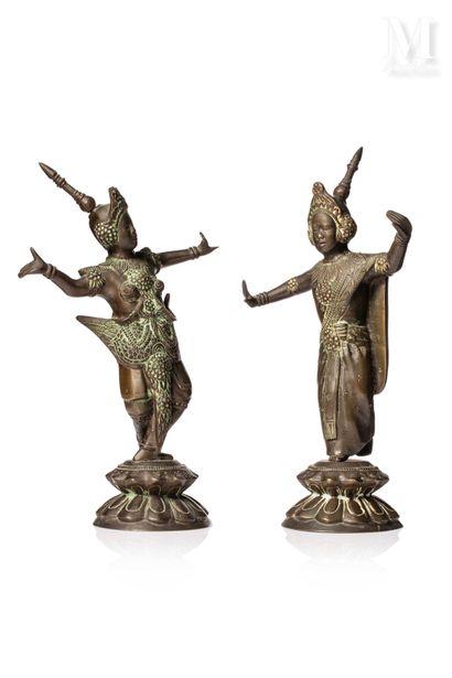 VIETNAM, XXe siècle, Paire de statues en bronze