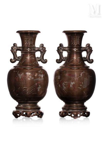 VIETNAM, XIXe siècle, Paire de vases en bronze
