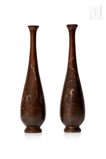 *VIETNAM, XIXe siècle, Paire de vases en bronze à haut col