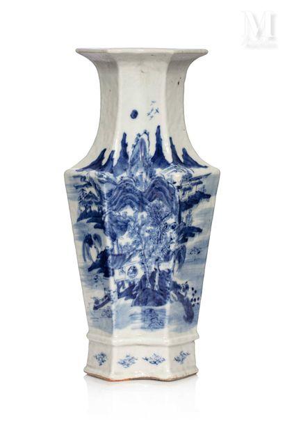 VIETNAM, XIXe siècle, Vase à pans en porcelaine bleu et blanc