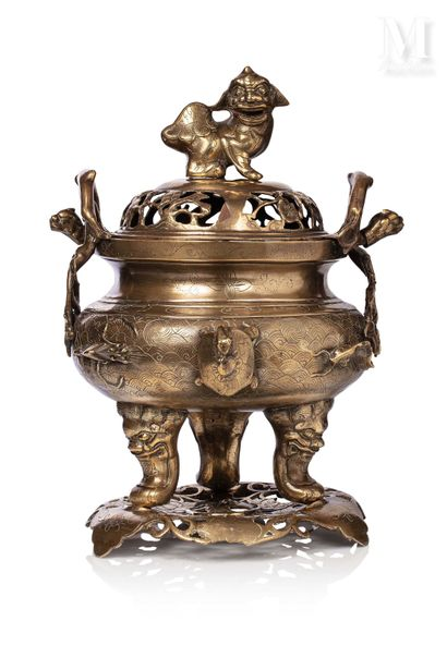 INDOCHINE, XXe siècle, Brûle-parfum en bronze ciselé