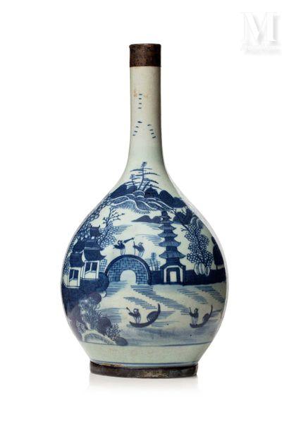 VIETNAM, XIXe siècle, Vase bouteille en porcelaine