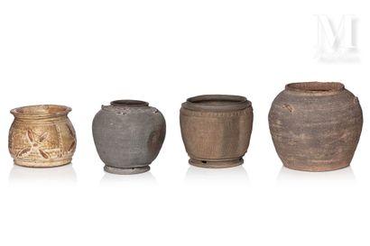 VIETNAM, XIV/XVe siècle, Ensemble de quatre jarres en terre cuite