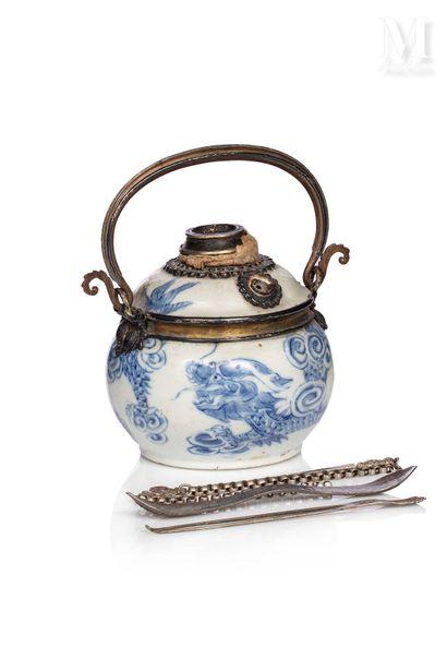 VIETNAM, XIXe siècle, Pipe à eau en porcelaine bleu et blanc