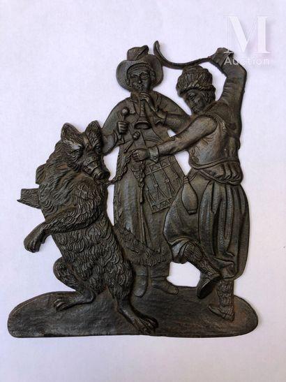 Plaque en fonte de fer en bas-relief figurant un montreur d'ours et un musicien.