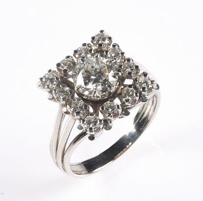 IMPORTANTE BAGUE en platine sertie d'un diamant...