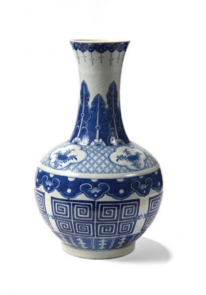 CHINE, XIXe siècle, Dynastie Qing. Vase en...