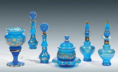 ENSEMBLE DE SIX PIÈCES EN OPALINE BLEUE décorées...
