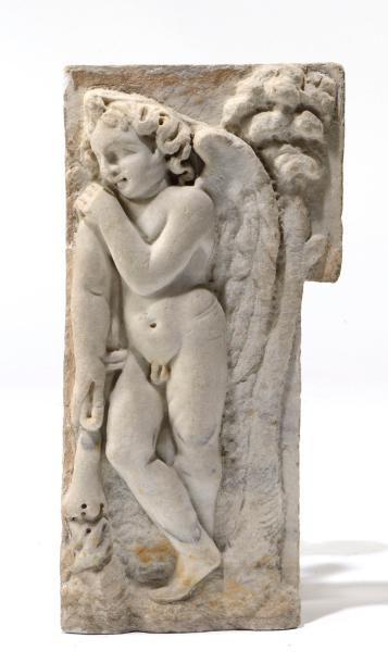Bas-relief en marbre blanc représentant Cupidon...