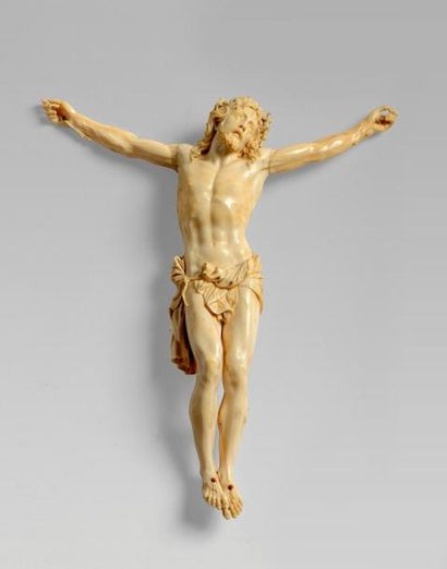Christ en croix en ivoire, la tête couronnée...