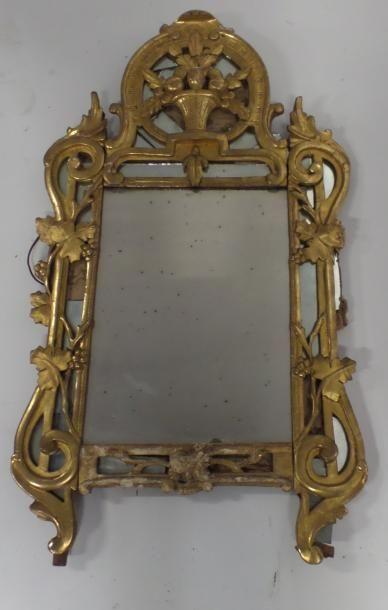 Paire de miroirs à fronton en bois doré mouluré,...