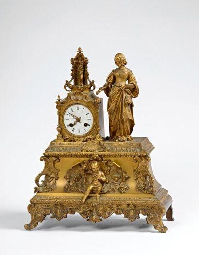 Pendule en bronze doré orné d'une personnage...