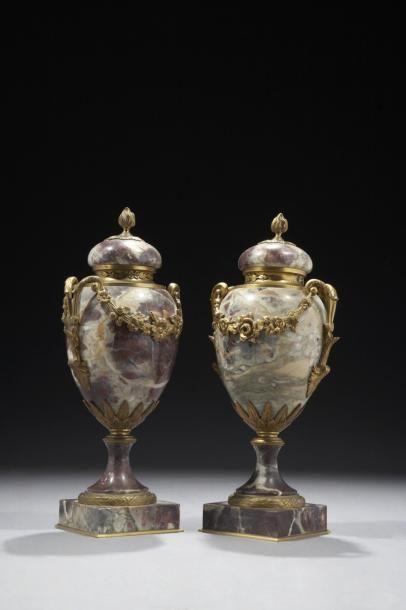 Paire de vases ovoïdes couverts en marbre...