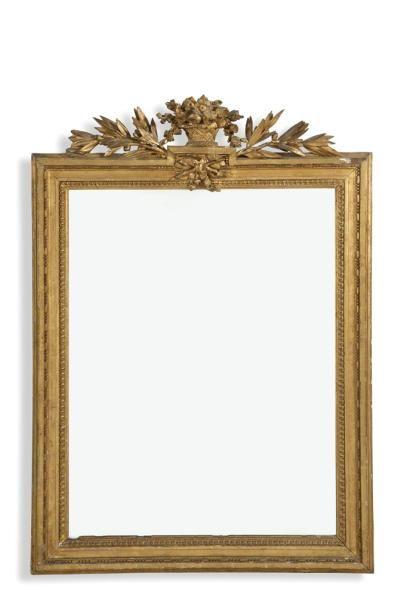 Glace rectangulaire en bois sculpté et doré...