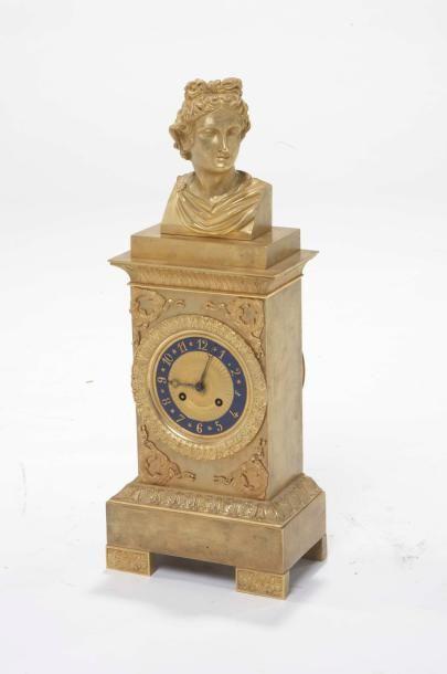 Pendule rectangulaire en bronze doré à cadran...