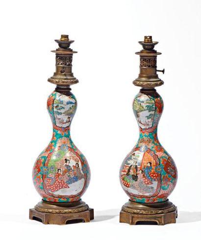 Paires de lampes à pétrole en porcelaine...