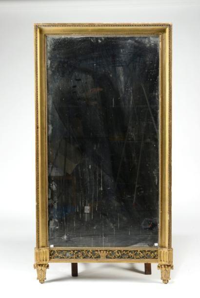 Important miroir rectangulaire entouré d'une...