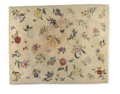 Maison JANSEN (XX) Tapis, points noués Décors néoclassique de fleurs sur fond beige...