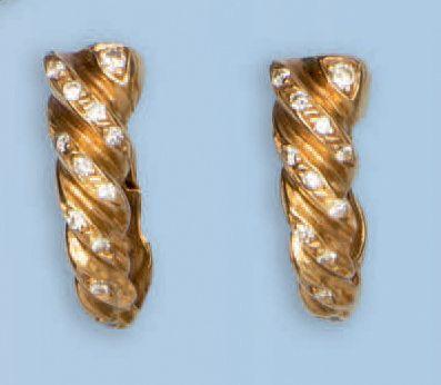 Paire de créoles en or jaune 18 k. Chaque...