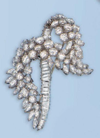 Belle broche pendentif en platine 950 millièmes et or gris 18 k. Le décor stylise...