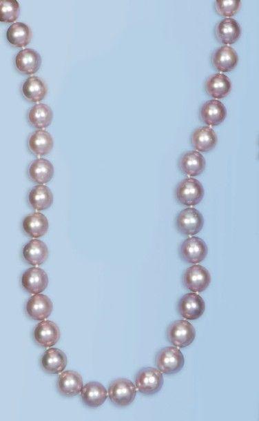 Collier composé d'une succession de perles...
