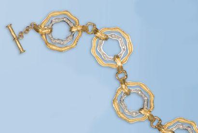 Ravissant bracelet souple en or jaune et or gris 18 k. Il est composé d'une double...