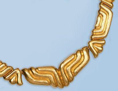 Beau collier souple en or jaune 22 k, signé...