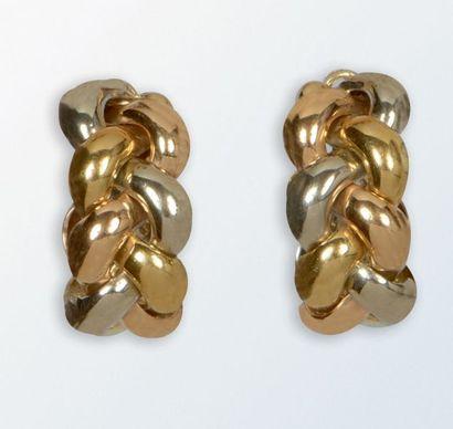 Paire de boucles d'oreilles trois ors 18 k signée «POIRAY» (système clip). Chaque...