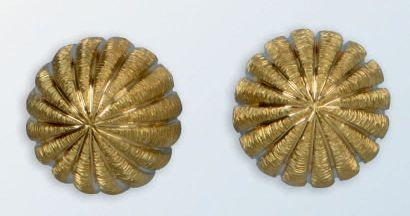 Jolie paire de boucles d'oreilles en or jaune...
