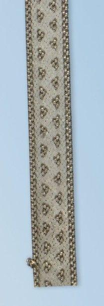 Bracelet en or gris 18 k. Il forme un ruban...
