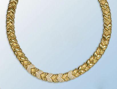 Collier en or jaune 18 k. Il forme un ruban...