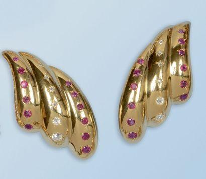 Belle paire de boucles d'oreilles en or jaune...