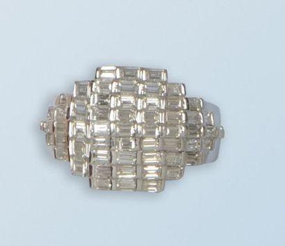 Bague en or gris 18 k à décor géométrique,...