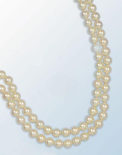 Collier composé d'un double rang de perles...