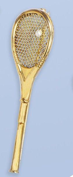 Originale broche en or jaune 18 K, 750 millièmes. Elle stylise une raquette de tennis....