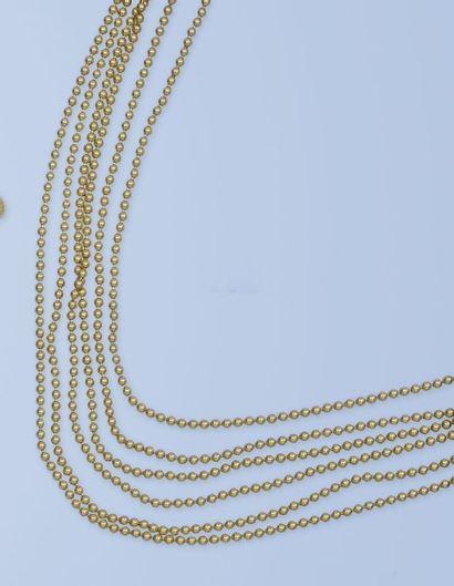 Collier souple formant une draperie en or...